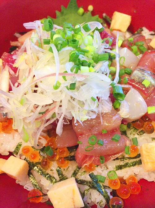 江ノ島で海鮮丼のランチ・グルメ 藤波の新鮮なお刺身 海鮮づけ丼